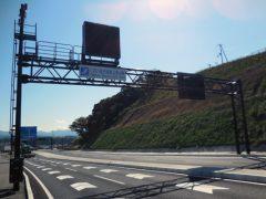 門型の道路情報表示設備の全景
