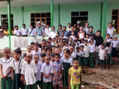 完成した小学校で現地の子供達と記念撮影